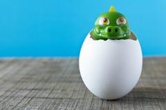 Λίγο πράσινος δράκος παιχνιδιών eggshell Στοκ φωτογραφία με δικαίωμα ελεύθερης χρήσης
