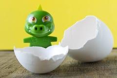 Λίγο πράσινος δράκος παιχνιδιών eggshell Στοκ Φωτογραφία