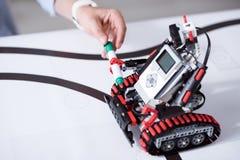 Λίγο ρομπότ που λειτουργεί αντί των ανθρώπων στο γραφείο Στοκ εικόνες με δικαίωμα ελεύθερης χρήσης