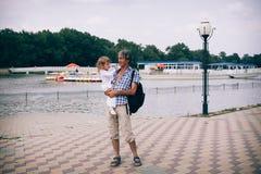 Λίγο σγουρό κορίτσι και ο πατέρας της υπαίθρια Στοκ φωτογραφία με δικαίωμα ελεύθερης χρήσης