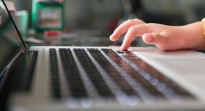 Λίγο σημειωματάριο χεριών και πληκτρολογίων Στοκ φωτογραφία με δικαίωμα ελεύθερης χρήσης