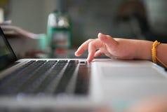 Λίγο σημειωματάριο χεριών και πληκτρολογίων Στοκ Φωτογραφία
