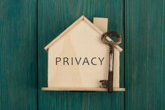 λίγο σπίτι με το κείμενο & x22 Privacy& x22  και κλειδί στοκ φωτογραφία με δικαίωμα ελεύθερης χρήσης