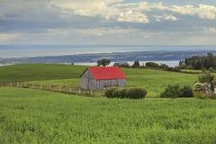 Λίγο σπίτι στο πράσινο τοπίο Στοκ Φωτογραφίες