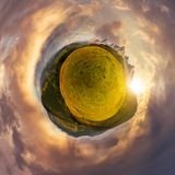 Λίγο σφαιρικό πανόραμα ηλιοβασιλέματος πλανητών βουνών Στοκ εικόνες με δικαίωμα ελεύθερης χρήσης