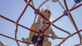 Λίγο σχολικό κορίτσι αρχαρίων που παίζει στην παιδική χαρά στοκ εικόνες με δικαίωμα ελεύθερης χρήσης