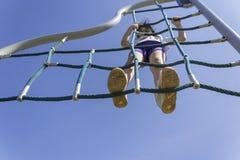 Λίγο σχολικό κορίτσι αρχαρίων που παίζει στην παιδική χαρά στοκ φωτογραφία με δικαίωμα ελεύθερης χρήσης