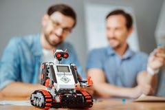 Λίγο σύγχρονο ρομπότ που στέκεται στον πίνακα Στοκ εικόνες με δικαίωμα ελεύθερης χρήσης