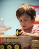 Λίγο το κορίτσι χτίζει ένα όχημα στα παιδιά ` s Museu ανακαλύψεων στοκ εικόνες