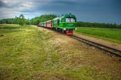 Λίγο τραίνο στη θερινή φύση Στοκ φωτογραφίες με δικαίωμα ελεύθερης χρήσης