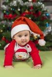 Λίγο φόρεμα μωρών για τις διακοπές Χριστουγέννων με το χαριτωμένο πρόσωπο στοκ εικόνα με δικαίωμα ελεύθερης χρήσης