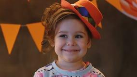 Λίγο χαμογελώντας χαριτωμένο κορίτσι απόθεμα βίντεο