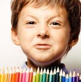 Λίγο χαριτωμένο αγόρι με τα μολύβια χρώματος κλείνει επάνω να χαμογελάσει ελεύθερη απεικόνιση δικαιώματος