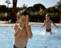 Λίγο χαριτωμένο αγόρι στην πισίνα στοκ φωτογραφία με δικαίωμα ελεύθερης χρήσης