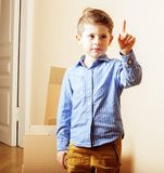 Λίγο χαριτωμένο αγόρι στο κενό δωμάτιο, remoove στο καινούργιο σπίτι σπίτι μόνο, Στοκ Φωτογραφίες