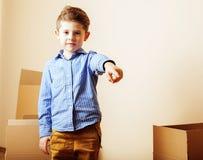 Λίγο χαριτωμένο αγόρι στο κενό δωμάτιο, remoove στο καινούργιο σπίτι σπίτι μόνο, Στοκ εικόνα με δικαίωμα ελεύθερης χρήσης