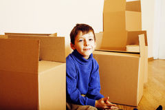 Λίγο χαριτωμένο αγόρι στο κενό δωμάτιο, remoove στο καινούργιο σπίτι σπίτι μόνο, έννοια ανθρώπων τρόπου ζωής Στοκ φωτογραφία με δικαίωμα ελεύθερης χρήσης