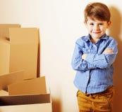 Λίγο χαριτωμένο αγόρι στο κενό δωμάτιο, remoove στο καινούργιο σπίτι σπίτι μόνο, Στοκ εικόνες με δικαίωμα ελεύθερης χρήσης