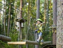 Λίγο χαριτωμένο αγόρι στο κράνος τρέχει τη διαδρομή, ελεύθερος χρόνος επάνω Στοκ εικόνες με δικαίωμα ελεύθερης χρήσης