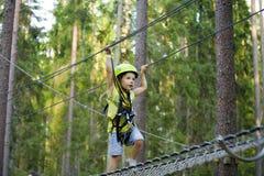 Λίγο χαριτωμένο αγόρι στο κράνος τρέχει τη διαδρομή, ελεύθερος χρόνος επάνω Στοκ Εικόνα