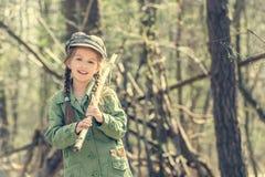 Λίγο χαριτωμένο κορίτσι κοντά στην καλύβα της στο δάσος Στοκ εικόνες με δικαίωμα ελεύθερης χρήσης