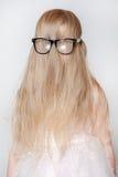 Λίγο χαριτωμένο κορίτσι με το πρόσωπο που φορά τα γυαλιά Στοκ Εικόνες
