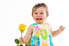 Λίγο χαριτωμένο κορίτσι με όμορφο κίτρινο αυξήθηκε, ρομαντικό δώρο Στοκ Φωτογραφία