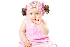 Λίγο χαριτωμένο κορίτσι παιδιών στο ρόδινο φόρεμα που απομονώνεται στο άσπρο υπόβαθρο. Στοκ Φωτογραφίες