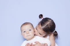 Λίγο χαριτωμένο κορίτσι που αγκαλιάζει λίγο αδελφό μωρών Στοκ φωτογραφίες με δικαίωμα ελεύθερης χρήσης