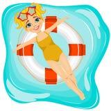 Λίγο χαριτωμένο κορίτσι που επιπλέει σε έναν διογκώσιμο κύκλο στη λίμνη Στοκ Εικόνες