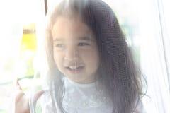 Λίγο χαριτωμένο κορίτσι που κρύβει τη μητέρα της ή ο πατέρας για τη δορά παιχνιδιού - και - επιδιώκει με το γονέα της Το καλό παι στοκ εικόνα με δικαίωμα ελεύθερης χρήσης