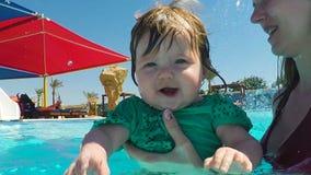 Λίγο χαριτωμένο κορίτσι που μαθαίνει πώς να κολυμπήσει απόθεμα βίντεο