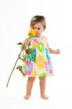 Λίγο χαριτωμένο κορίτσι που μυρίζει έναν κίτρινο αυξήθηκε, ρομαντικό δώρο Στοκ φωτογραφία με δικαίωμα ελεύθερης χρήσης
