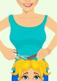 Λίγο χαριτωμένο κορίτσι που παίρνει ένα κούρεμα hairdressing στο σαλόνι ελεύθερη απεικόνιση δικαιώματος