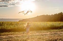 Λίγο χαριτωμένο κορίτσι που πετά έναν ικτίνο Στοκ εικόνα με δικαίωμα ελεύθερης χρήσης
