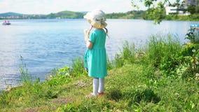 Λίγο χαριτωμένο κορίτσι που τρώει το παγωτό με μορφή της καρδιάς κοντά στη θάλασσα απόθεμα βίντεο