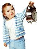 Λίγο χαριτωμένο κορίτσι στην κουκούλα με την εκμετάλλευση συναγερμών ρολογιών που απομονώνεται άσπρο στενό σε επάνω υποβάθρου Στοκ Φωτογραφία