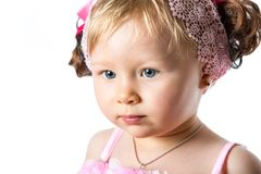 Λίγο χαριτωμένο κοριτσάκι που απομονώνεται στο άσπρο υπόβαθρο. Στοκ Φωτογραφία