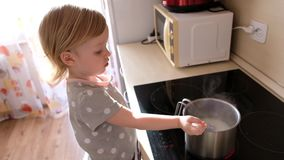 Λίγο χαριτωμένο μαγειρεύοντας κουάκερ κοριτσάκι επάνω στην κουζίνα απόθεμα βίντεο