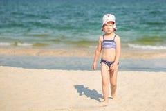 Λίγο χαριτωμένο ξανθό κορίτσι που εγκαταλείπει τη θάλασσα στοκ φωτογραφία με δικαίωμα ελεύθερης χρήσης