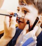 Λίγο χαριτωμένο παιδί που κάνει facepaint στη γιορτή γενεθλίων, zombie Apo Στοκ Εικόνα