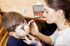 Λίγο χαριτωμένο παιδί που κάνει facepaint στη γιορτή γενεθλίων, zombie αποκάλυψης, να προετοιμαστεί αποκριών Στοκ φωτογραφία με δικαίωμα ελεύθερης χρήσης