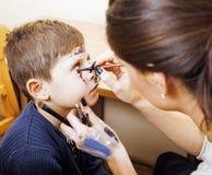 Λίγο χαριτωμένο παιδί που κάνει facepaint στη γιορτή γενεθλίων, zombie αποκάλυψης, αποκριές που προετοιμάζει την έννοια Στοκ Εικόνα