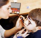 Λίγο χαριτωμένο παιδί που κάνει facepaint στη γιορτή γενεθλίων, zombie Apo Στοκ Εικόνες