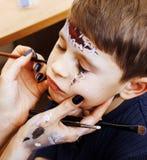 Λίγο χαριτωμένο παιδί που κάνει facepaint στη γιορτή γενεθλίων, zombie Apo Στοκ Φωτογραφίες