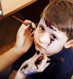 Λίγο χαριτωμένο παιδί που κάνει facepaint στη γιορτή γενεθλίων, zombie Apo Στοκ Φωτογραφία
