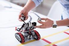 Λίγο χαριτωμένο ρομπότ κάτω από την κατασκευή Στοκ Εικόνες