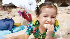 Λίγο χαριτωμένο όμορφο κορίτσι που βρίσκεται σε έναν αργόσχολο και που τρώει tortilla φιλμ μικρού μήκους