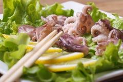 Λίγο χταπόδι με το λεμόνι και chopsticks οριζόντια Στοκ Εικόνα