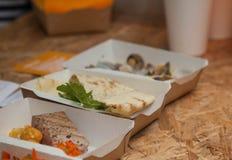 Λίγο ψάρι τσιμπά στα κουτιά από χαρτόνι Στοκ φωτογραφία με δικαίωμα ελεύθερης χρήσης